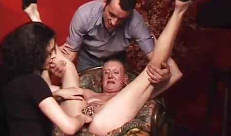 Chcik pornofilme online sehen mit riesigen Krügen gibt Kopf