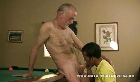 Tätowierte brünette Schlampe saugt schwarzen Schwanz, kostenlos pornos anschauen ohne anmeldung während der zweite Kerl sie von hinten fickt