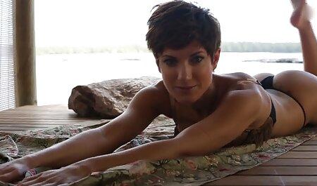 Lesben mit verbundenen hd pornos anschauen Augen reiben ihre Fotzen
